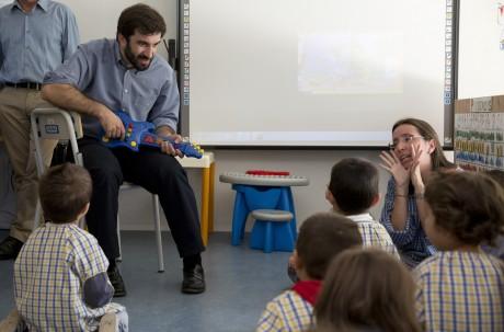 Tiago Brandão Rodrigues, novo ministro da Educação, aqui numa visita a uma escola de Paredes Coura, duranta a campanha para as eleições legislativas de 2015, nas quais foi candidato pelo PS por Viana do Castelo